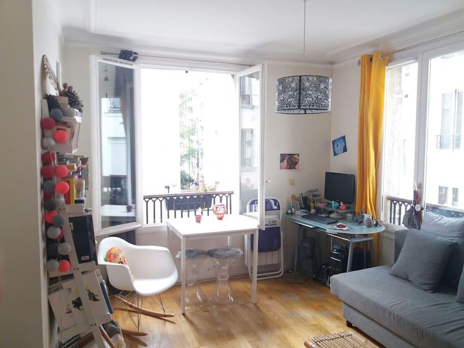 Le salon très lumineux avec le rocking chair où tout le monde prend plaisir à s'installer