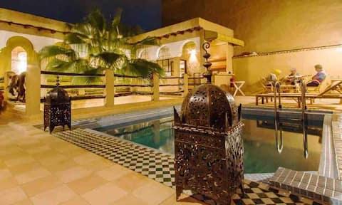 Chambre dans un riad traditionnel avec piscine