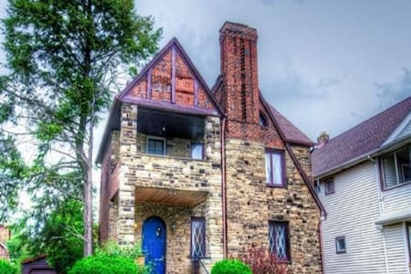 Trendy Stone Castle--12 min to CWRU/Cleve Clinic! - South Euclid