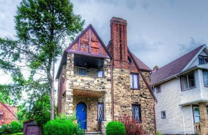 Trendy Stone Castle--12 min to CWRU/Cleve Clinic!