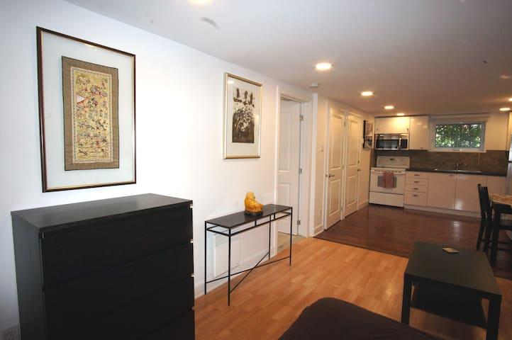 Studio loft minimaliste et un peu Zen.