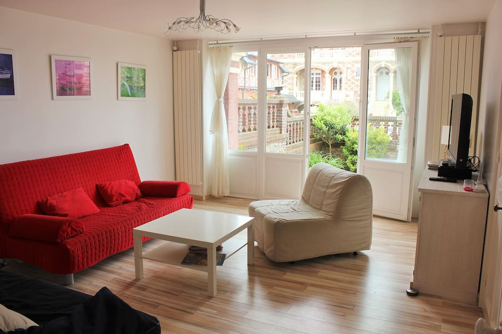 le salon avec 2 canapés lits + 1 fauteuil lit