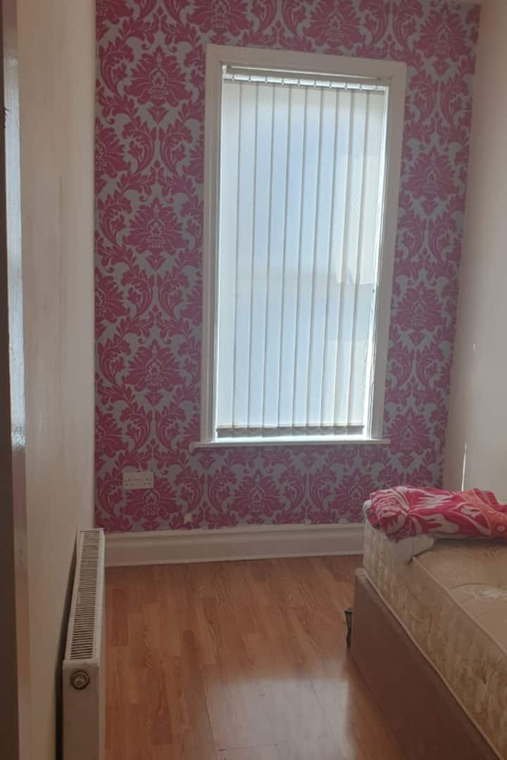 Comfortable Single Room /Roundhay Chapel allerton