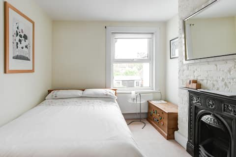 Light & airy Double room close to beach & town