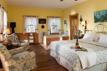 The Inn & Spa at Cedar Falls Goldenrod Cottage - Logan - Bed & Breakfast