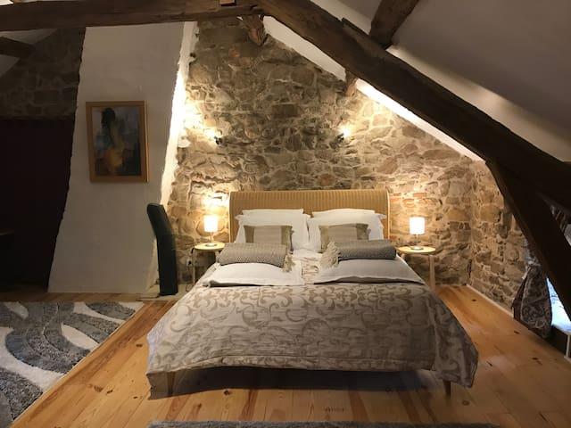 """La chambre 2 dite """"des pics-verts"""" : luxueuse et authentique : lit double + 2 lits simples"""