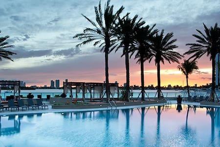 Large studio, pool, wifi, jacuzzi, parking - Miami Beach - Lägenhet