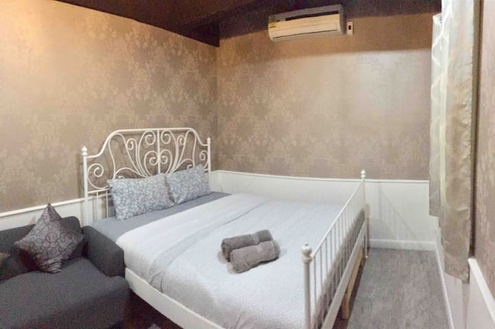 Private Kingsize bed 10mins to SkyTrain free BF