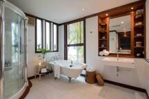 Bath room of Pool side bedroom, 泳池旁的卧室浴室