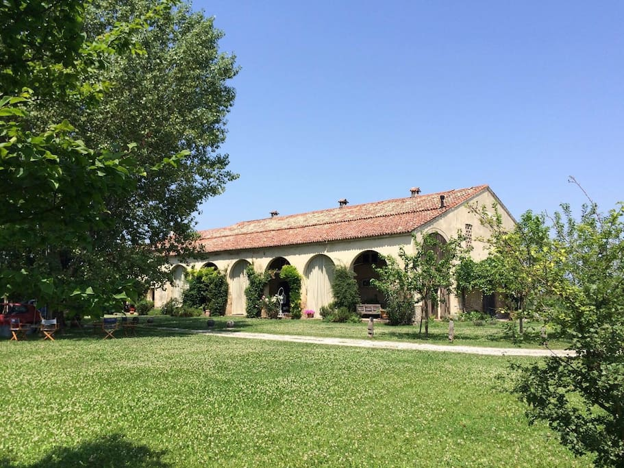 Enjoy the spacious garden with mountain views! Or a short walk to the train station for a 40 minute train to historic Venice!