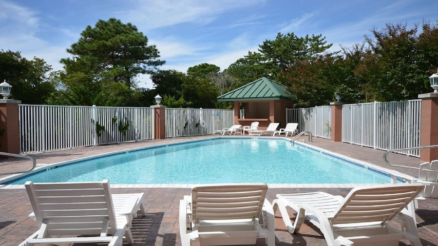 Summer House, SLEEPS 6, Pool & Free Wi-Fi, 2 car parking!  The Beach is Calling YOU!