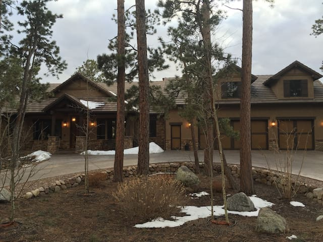 800 Sq Ft  Comfortable Studio Apt - Colorado Springs - Apartament