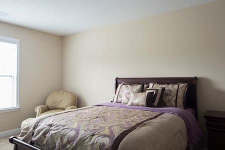 Cozy Bedroom w/ Queen Bed - Belmont