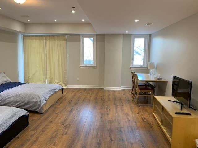 Spacious room/2 Double/free street parking/highway