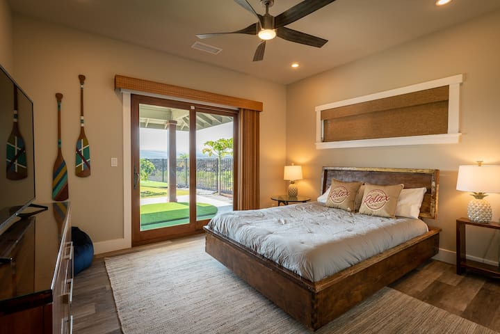 The Golf Room, relax on the comfortable queen size mattress. With access through sliding glass doors to the outside, you find yourself on the chipping green ready to practice your game or just gaze in the breathtaking mountain scenery.
