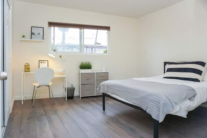 Private Locked Room 6 Blocks From Beach! New Bed!