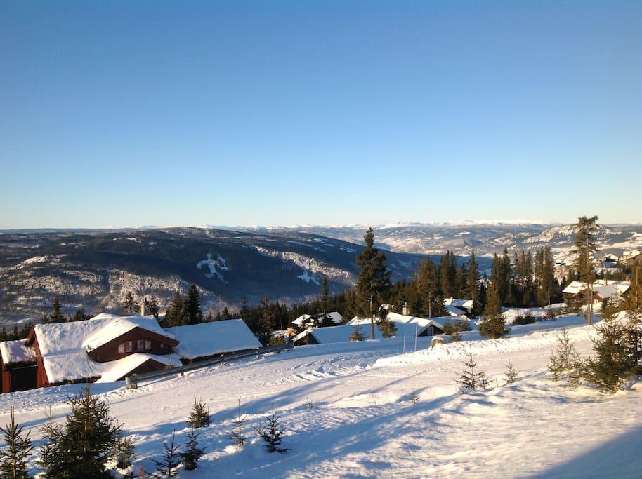 Hytta ligger høyt og solrikt til med panorama utsikt.