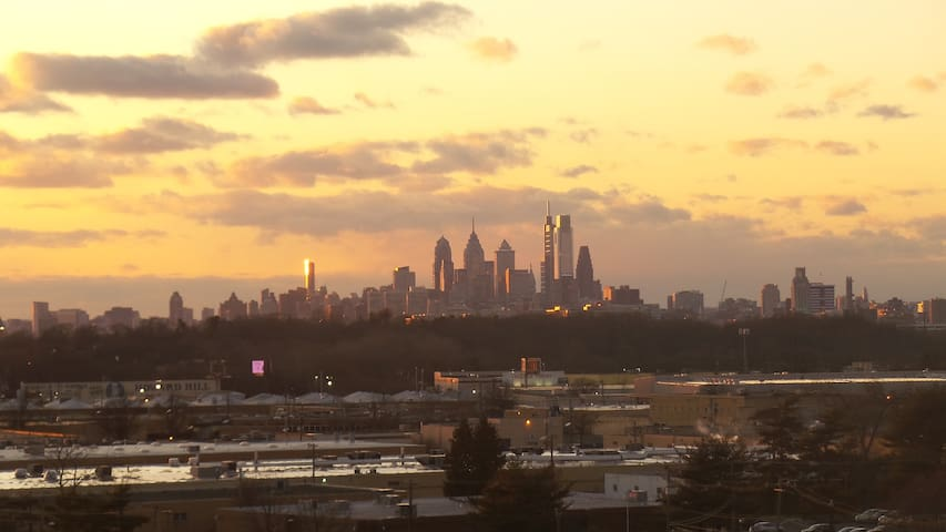 AMAZING SKYLINE VIEWS OF PHILLY AND COOPER RIVER!!