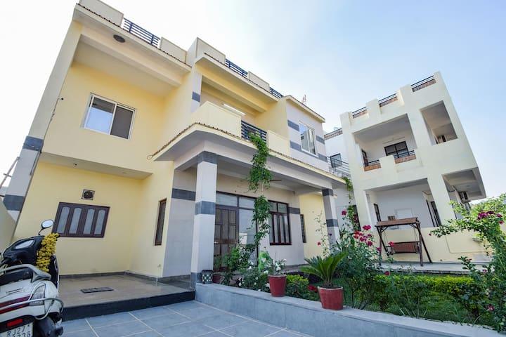 OYO - Discounted! Cosy 3BHK home near Siddhivinayak Gardens (1.4km)
