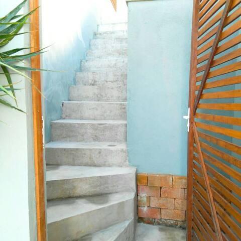 Existe esta escada, ao abrir o portão você deve subir para acessar o apartamento.