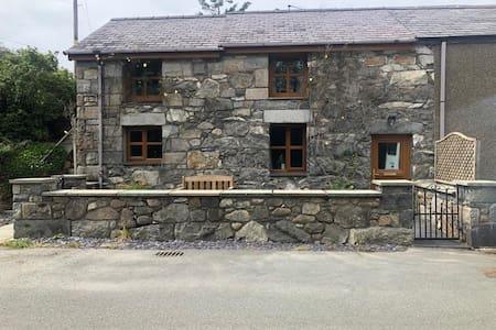 Gors Bach the Cosy Cottage, Brynrefail, Gwynedd