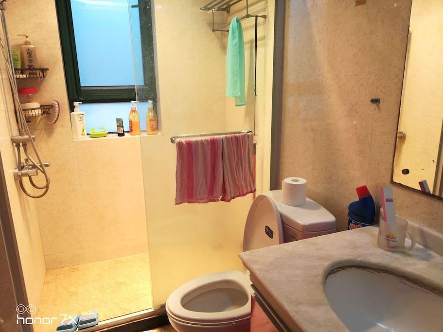 淋浴,抽水马桶,洗脸盆。
