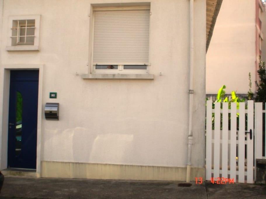 Arrivée sur la rue : Le portillon sur la rue conduit directement par un petit escalier à la chambre entièrement indépendante.