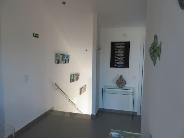 L'entrée depuis le rez-de-chaussée est indépendante et privative.