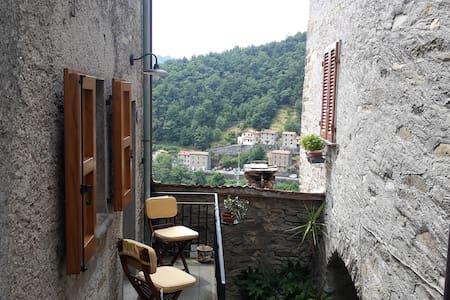 Casa moderna in paese medioevale - Pruno - Byt