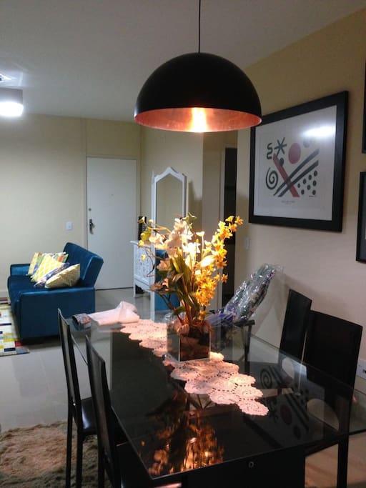 Mesa de jantar em vidro e com cadeiras em couro