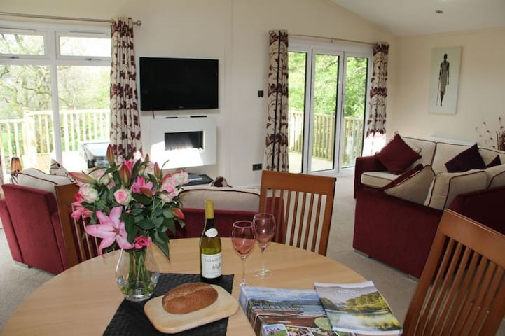 RETREAT LODGE WITH HOT TUB, Pooley Bridge, Ullswater - Penrith - House