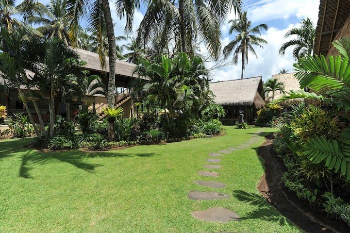 Garden villa metres from beach - surabrata - Talo
