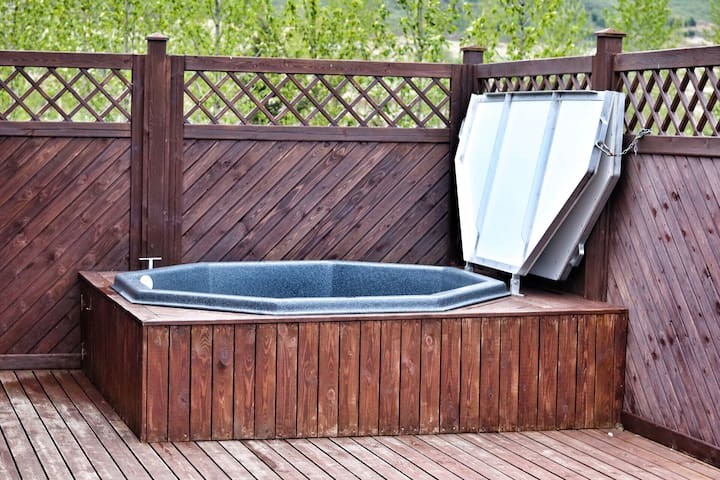 The hot tub - perfect for stargazing and northern light watching in the winter time or endless bright nights in the summer