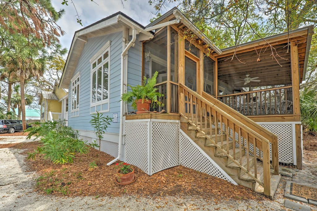Offering top-notch amenities, a screened-in porch and fantastic location 3 blocks from the beach, this historic home is perfect for friends, families or couples seeking a relaxing Georgia retreat!