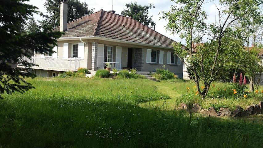 maison individuelle claire, jardin clos, tennis. - Nervieux - Casa
