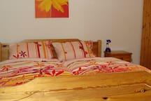Dreibettzimmer im EG mit Doppelbett und Einzelbett (nicht im Bild)