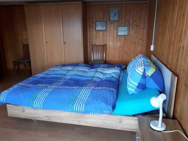 Schlafzimmer mit Doppelbett für zwei Personen