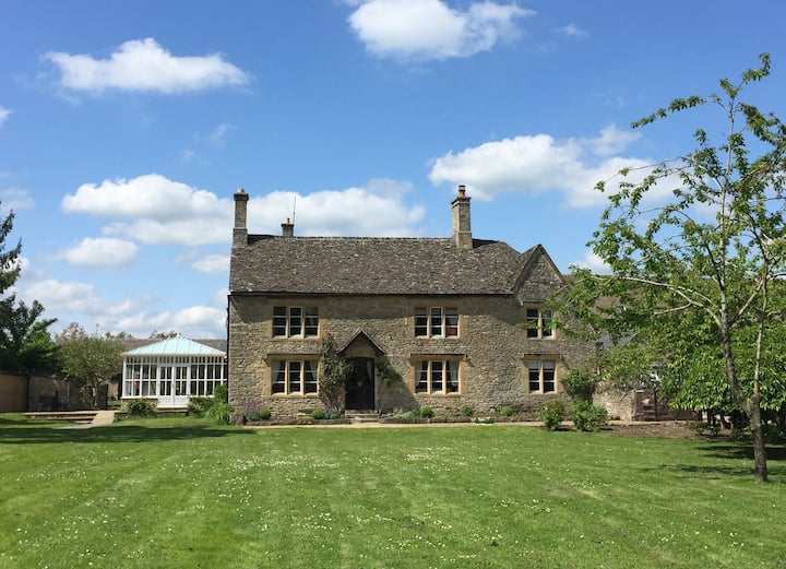 Listed Farmhouse  on the edge of the Cotswolds