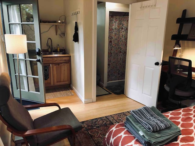 Mystical Garden Tiny Home In The Heart of Elmwood