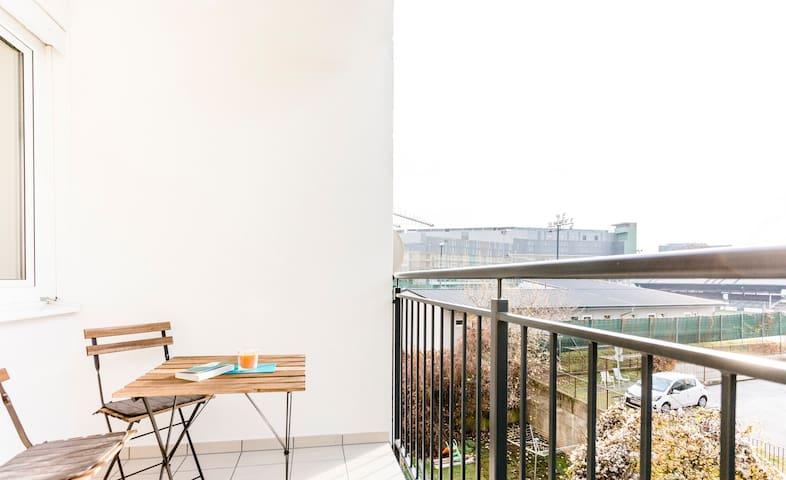 Balkon auf ruhigen Innenhof / balcony situated to the tranquil patio garden   Foto by Tamara Frisch Photography