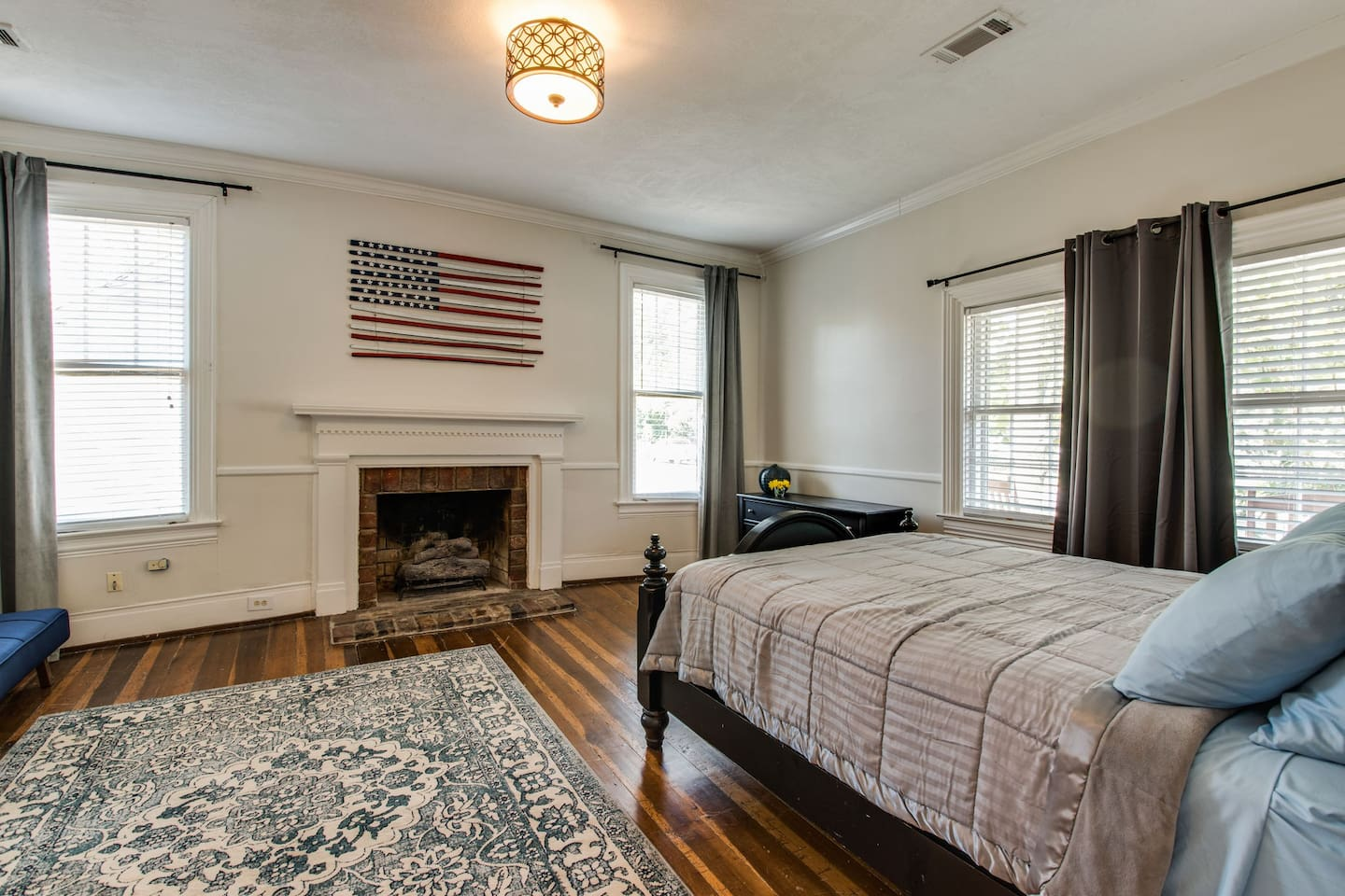 Master suite and ultimate comfort - come stay at Heart of Franklin House's one bedroom!