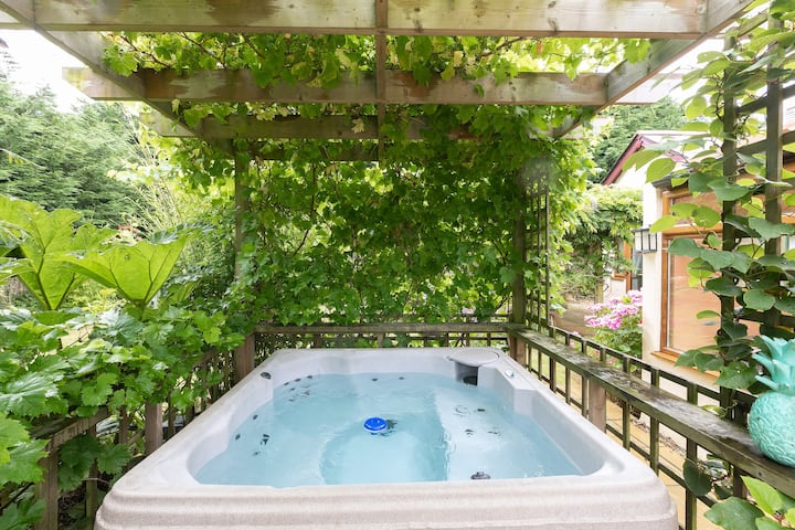 Beautiful family home, fun for all & hot tub :-)