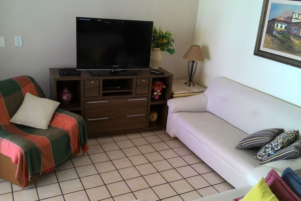 Sala de estar com TV a cabo e wifi