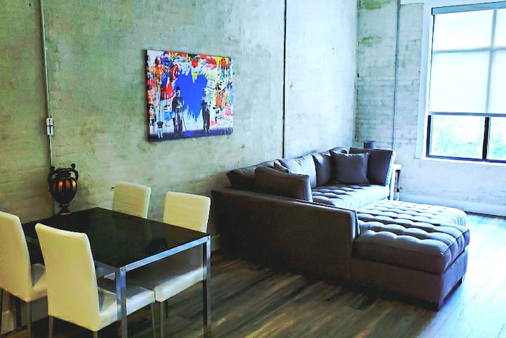 B.Luxury Downtown Contemporary Condo w/private gym