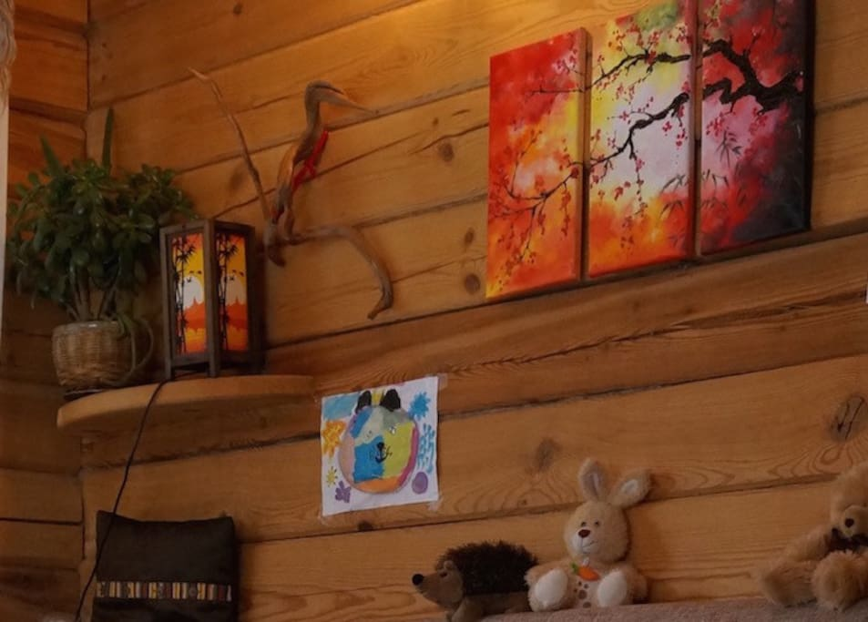"""1 этаж. Стена над диваном в гостиной: Рукотворная картина маслом """"Цветущая сакура"""", полочка с тайским светильником и цветами"""