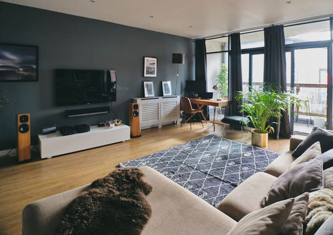 Glasgow large Lux 2 bed - parking/bikes/e-check in