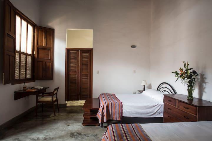 Amplio cuarto en caserón colonial_centroSantaMarta