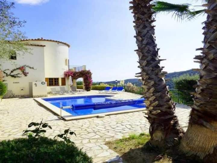 Wonderful villa located in an idyllic setting in the center of the Costa Brava.