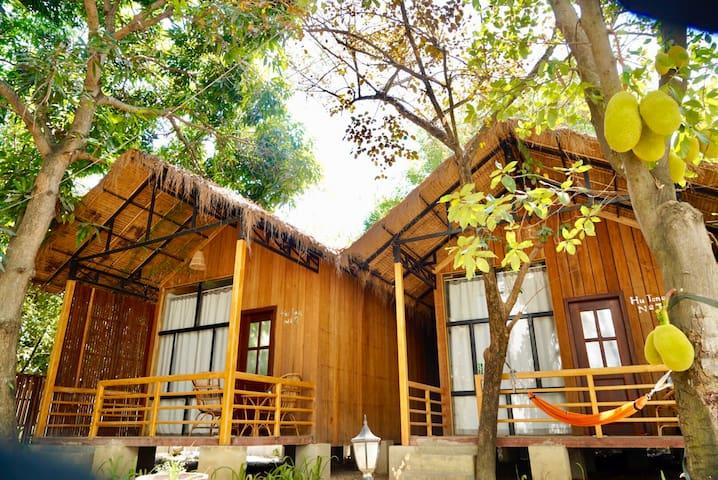 两栋木屋别墅,豪华大床,泳池,免费接机,离老市场500米可使用厨房餐厅
