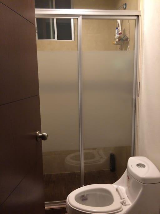 Bonito cuarto con baño privado, muy iluminado, dentro de una casa en fraccionamiento privado, preferentemente para mujeres.
